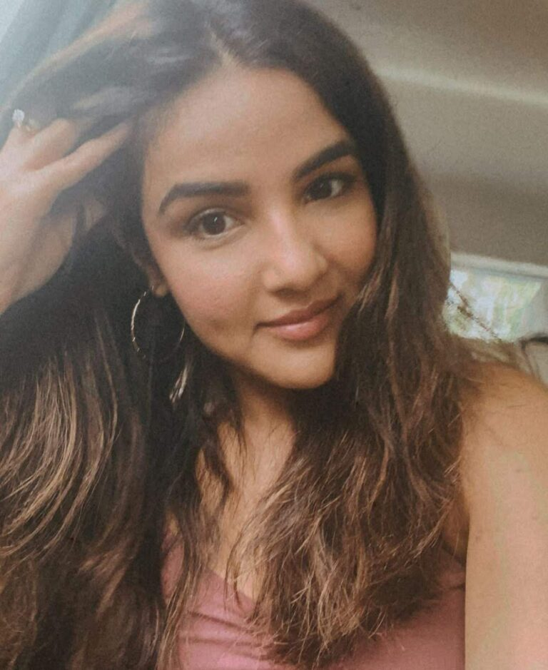 """Jasmin Bhasin is surely missing her """"favourite human"""", shares candid PHOTO."""