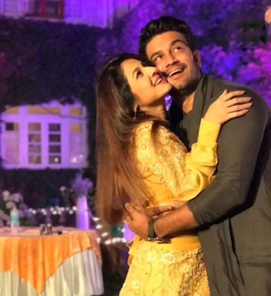 """Sharad Kelkar wishes their wife Keerti on her 16th marriage anniversary with an """"old"""" PIC."""
