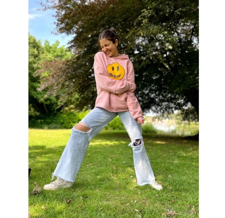 """Anushka Sharma's """"casual posing"""" in the park is making our hearts melt, SEE PICS."""